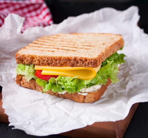 Geröstete sandwich mit salat und käse Kostenlose Fotos
