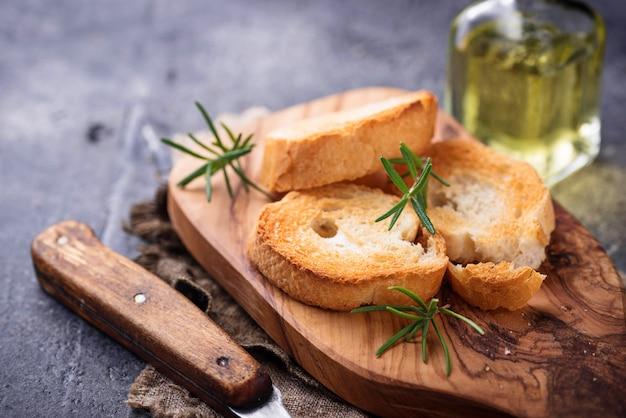 Geröstetes brot mit olivenöl und rosmarin Premium Fotos