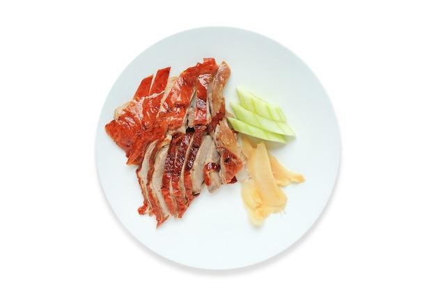 Geröstetes chinesisches entenessen auf kreiskeramikplatte lokalisiert über weißem hintergrund. Premium Fotos