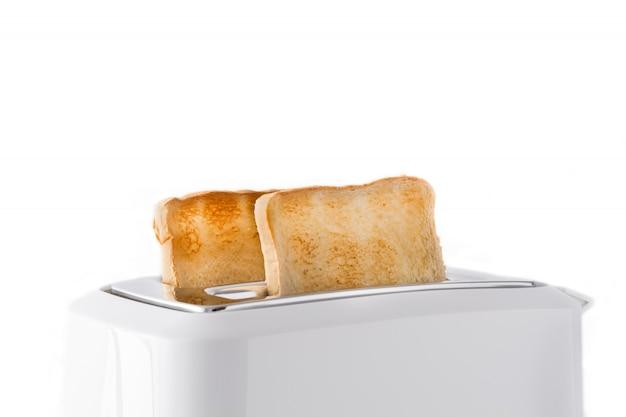 Geröstetes toastbrot im weißen toaster lokalisiert auf weißem hintergrund Premium Fotos
