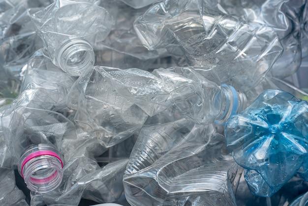 Gerollte plastikflaschen zum recycling. Premium Fotos