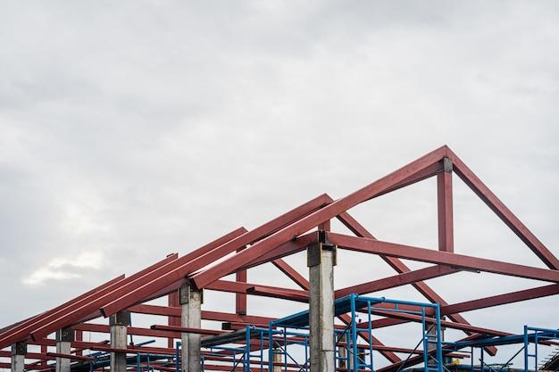 Gerüst auf haus, renovierung. baugerüst auf gebäude mit struktur des dachs. Premium Fotos