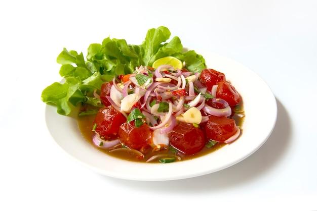 Gesalzenes eigelb würzige salat-chili-paste. thailändisches lebensmittel auf dem teller lokalisiert auf weißem hintergrund Premium Fotos