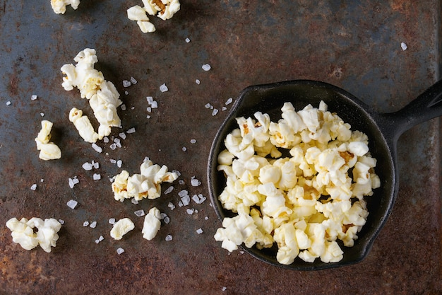 Gesalzenes popcorn zubereitet Premium Fotos