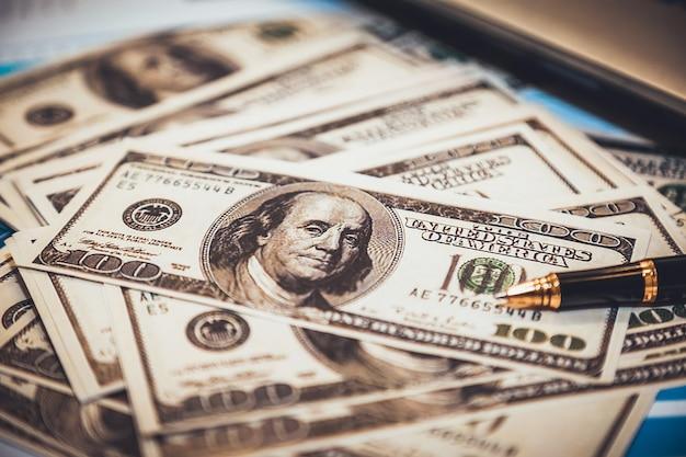 Geschäft, das geld hält. Premium Fotos