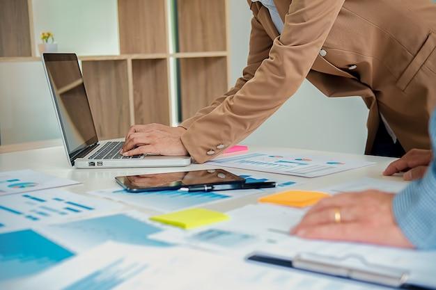 Geschäft, das im büro mit laptop und dokumenten auf seinem schreibtisch arbeitet. geschäftskonzept. Premium Fotos