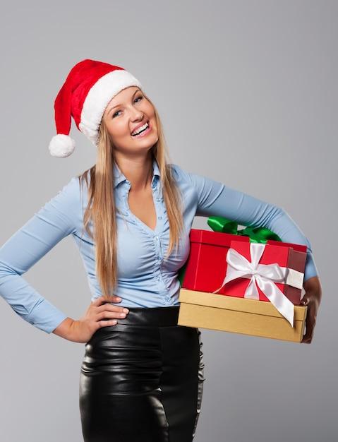 Geschäft frau claus mit stapel weihnachtsgeschenk Kostenlose Fotos