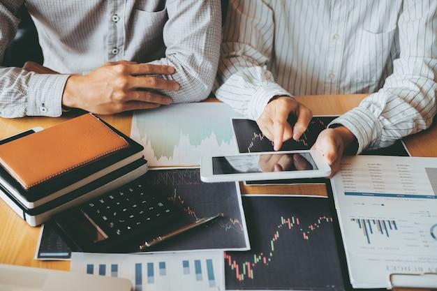 Geschäft team investment entrepreneur trading, das börsenhandel des diagramms, aktienkurvenkonzept bespricht und analysiert Premium Fotos