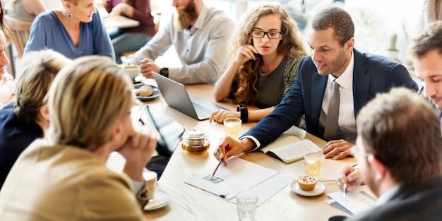 Geschäfts-team-meeting-strategie-marketing-café-konzept Premium Fotos