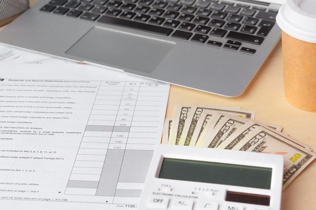 Geschäfts- und finanzbericht anzeigen. buchhaltung, nahes hohes des geldes Premium Fotos