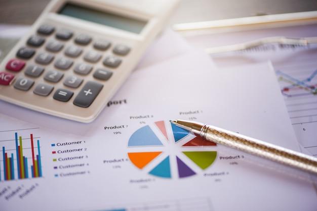 Geschäftsberichtdiagramm, das diagrammtaschenrechnerkonzept vorbereitet Premium Fotos
