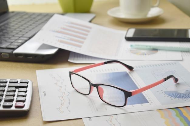 Geschäftsberichte und stapel von dokumenten auf schreibtisch Premium Fotos