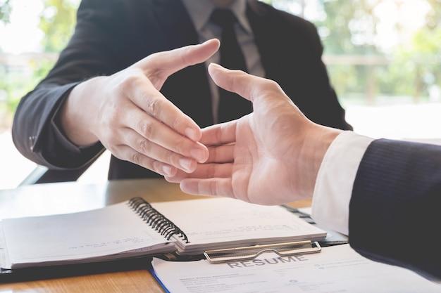 Geschäftschef und angestelltenhändeschütteln nach erfolgreichen verhandlungen oder interview. Premium Fotos