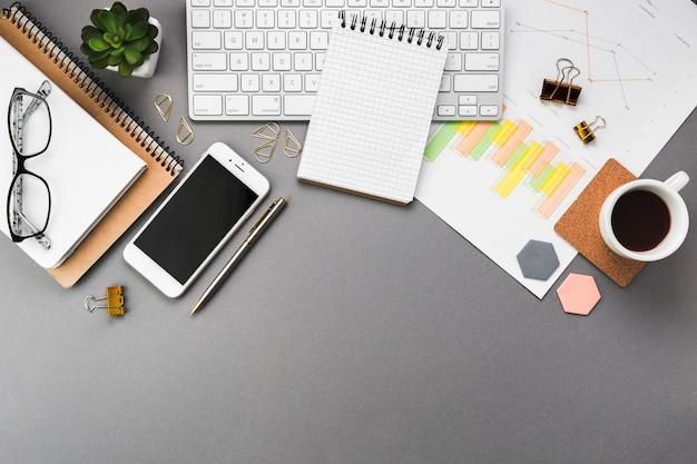 Geschäftsdesktop mit büroelementen Kostenlose Fotos