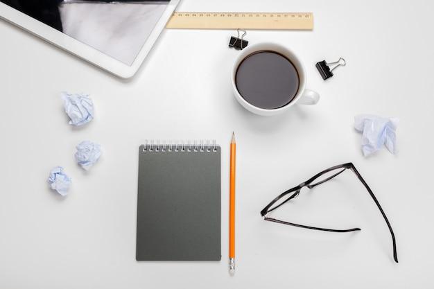 Geschäftsdesktop mit notizbuch und kaffeetasse Premium Fotos