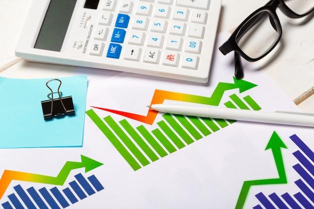 Geschäftsdiagramm, das finanziellen erfolg zeigt Premium Fotos