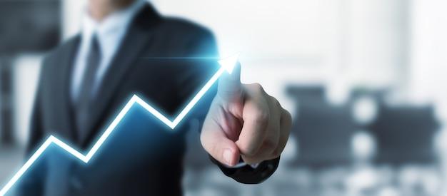 Geschäftsentwicklung zum erfolg und zum wachsenden wachstum, geschäftsmann, der unternehmenszukünftigen wachstumsplan des pfeildiagramms zeigt Premium Fotos