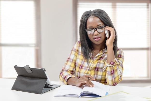 Geschäftsfrau am telefon Premium Fotos