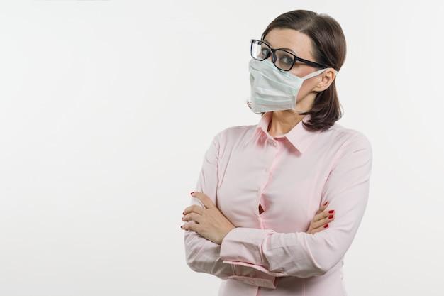 Geschäftsfrau befürchtet das virus und trägt gesichtsmaske Premium Fotos