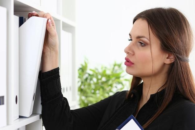 Geschäftsfrau bindemittel buchhalterin archivierung Premium Fotos