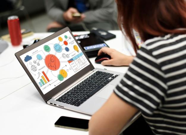 Geschäftsfrau, die am laptop im büro arbeitet Kostenlose Fotos