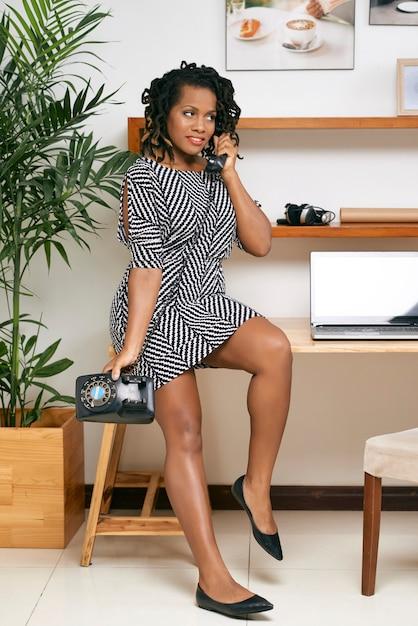 Geschäftsfrau, die am telefon spricht Kostenlose Fotos