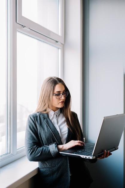 Geschäftsfrau, die auf laptoptastatur schreibt Kostenlose Fotos