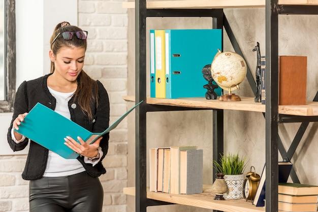 Geschäftsfrau, die dokument liest Kostenlose Fotos