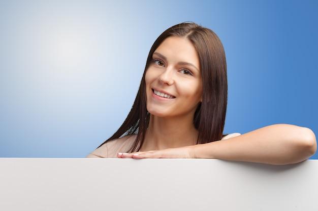 Geschäftsfrau, die eine fahne anhält Premium Fotos