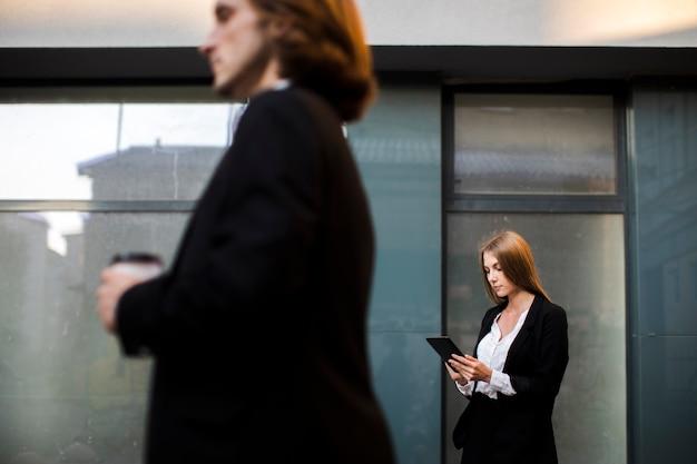 Geschäftsfrau, die eine tablette verwendet Kostenlose Fotos