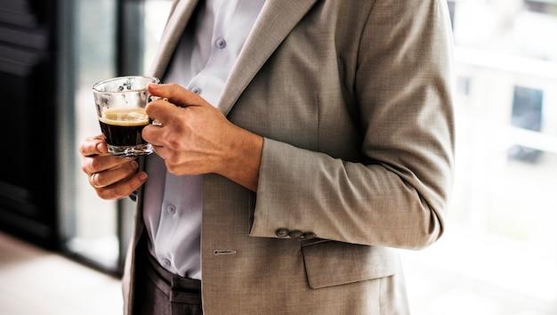 Geschäftsfrau, die einen tasse kaffee hat Kostenlose Fotos