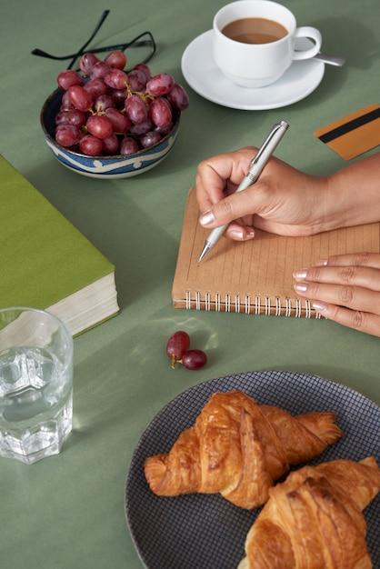 Geschäftsfrau, die frühstückt Kostenlose Fotos