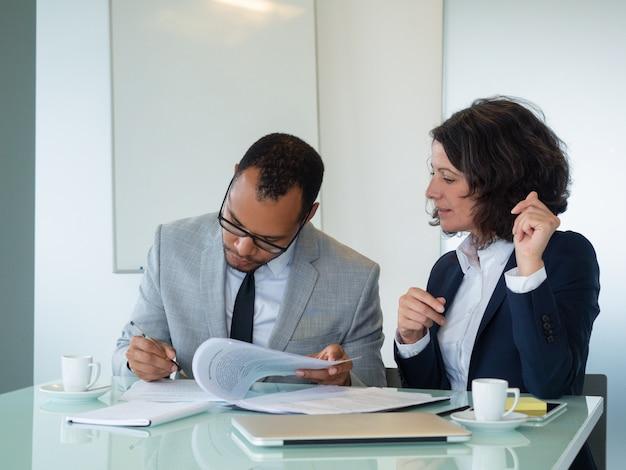 Geschäftsfrau, die ihren unterzeichnenden vertrag des partners wartet Kostenlose Fotos