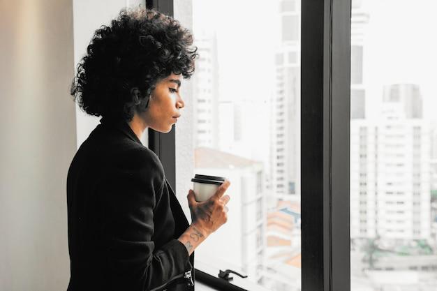 Geschäftsfrau, die im büro arbeitet Kostenlose Fotos