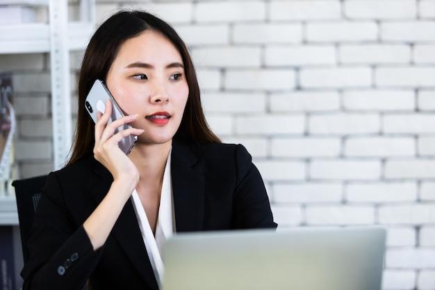 Geschäftsfrau, die im büro arbeitet Premium Fotos