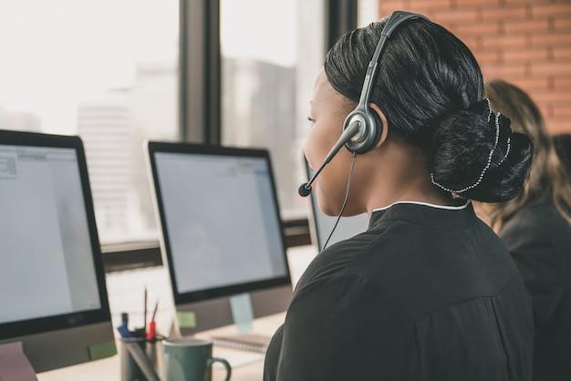 Geschäftsfrau, die in call-center arbeitet Premium Fotos