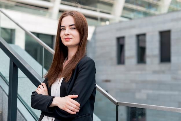Geschäftsfrau, die in der straße aufwirft Kostenlose Fotos