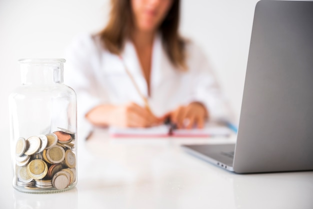 Geschäftsfrau, die in einem büro arbeitet Kostenlose Fotos