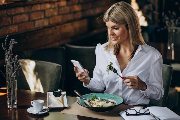 Geschäftsfrau, die in einem café zu mittag isst Kostenlose Fotos
