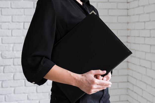 Geschäftsfrau, die klemmbrett hält Kostenlose Fotos