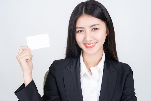 Geschäftsfrau, die leere visitenkarte oder visitenkarte hält und zeigt Kostenlose Fotos