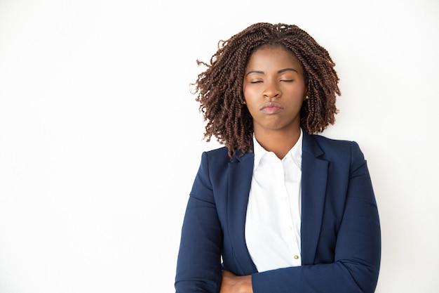 Geschäftsfrau, die mit geschlossenen augen sich entspannt Kostenlose Fotos