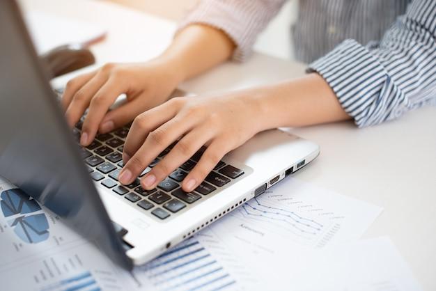 Geschäftsfrau, die mit laptop arbeitet. Premium Fotos