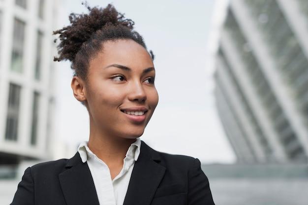 Geschäftsfrau, die nah oben lächelt Kostenlose Fotos
