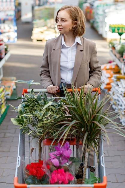 Geschäftsfrau, die pflanzen für ihr haus auswählt und kauft Premium Fotos