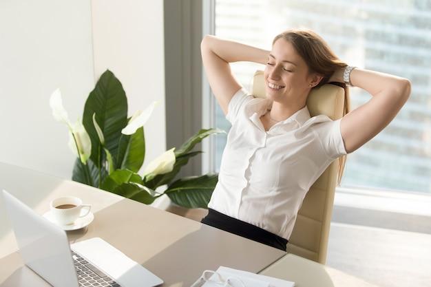 Geschäftsfrau, die positive gefühle über arbeit hat Kostenlose Fotos