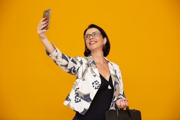 Geschäftsfrau, die selfie macht Premium Fotos