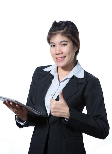 Geschäftsfrau, die sich daumen zeigt und eine tablette hält Premium Fotos