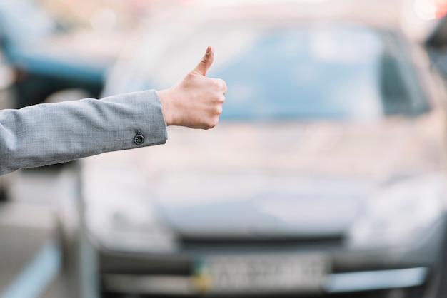 Geschäftsfrau, die taxi anruft Kostenlose Fotos