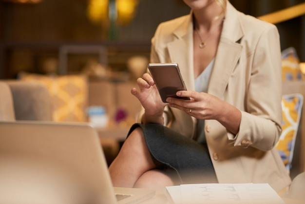 Geschäftsfrau, die telefon überprüft Kostenlose Fotos